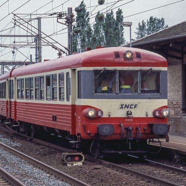 Mise à quai en gare de Varangéville de l'élément de type X4350 qui assurera le train 62533 à destiation de Remiremont. Notez les autres EAD stationnés dans les garages en arrière-plan.