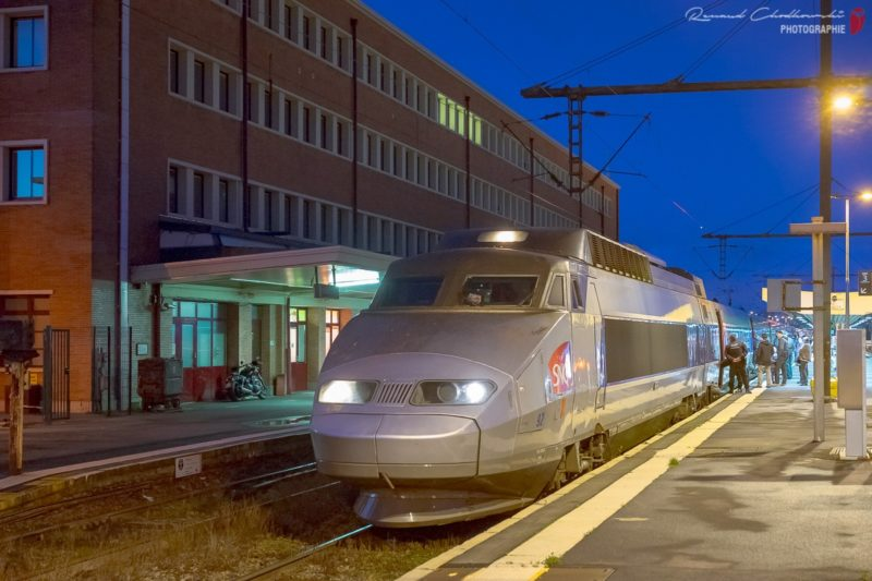 La rame TGV-PSE 23183/4 (92) est photographiée en gare de Douai alors qu'elle assure le train 7148 Valenciennes - Paris. (Sony A7ii + 55mm ; 1/20s f4.5 6400iso)