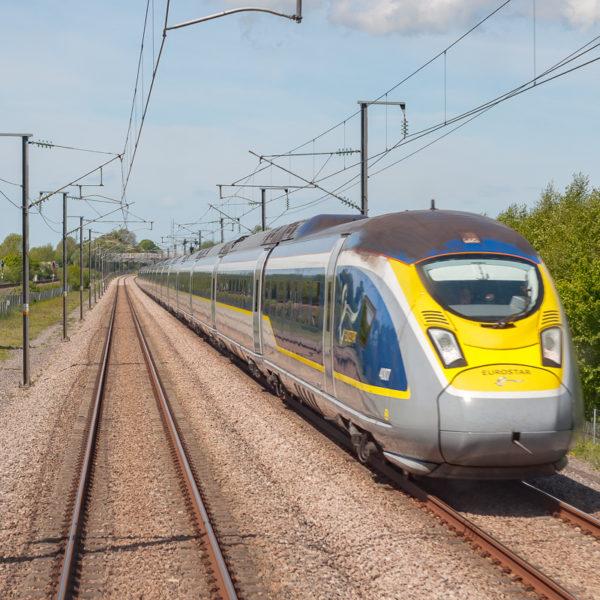 Train 9128, Londres - Bruxelles ; ligne classique où circulaient les Eurostar avant ouverture de HS1 sur la gauche