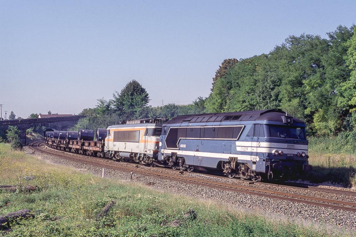 La A1A68038 emmène un train de fret devant normallement passer par un itinéraire électrifié mais détourné pour cause de travaux.