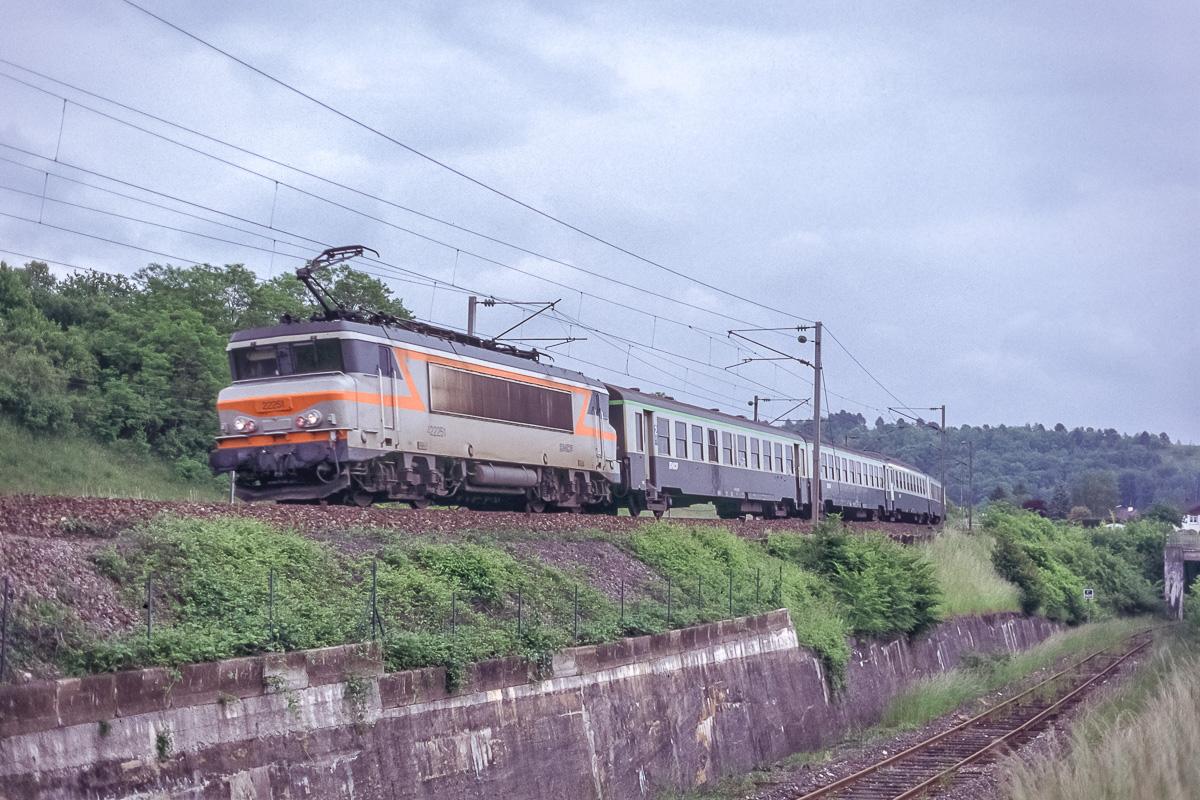 La BB22251 assure la traction d'un TER Lorraine reliant Nancy à Révigny.