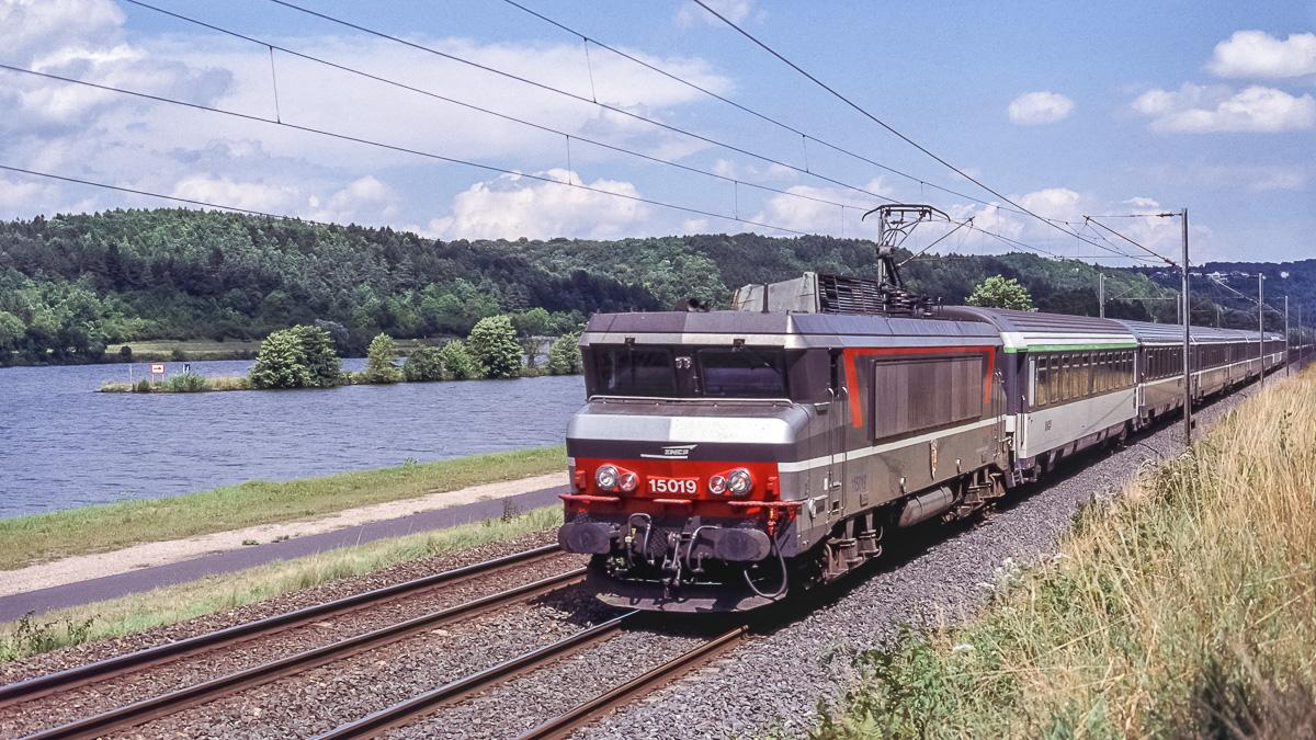 Belle journée ensoleillée pour la BB15019 qui longe la Moselle en tête d'un train Strasbourg - Paris