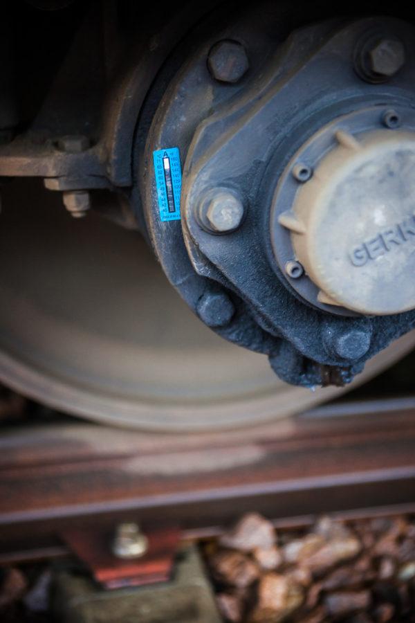 Planche 4 : Détail d'une boîte d'un essieu moteur d'automotrice Z20500. Le sticker bleu enregistre les températures atteintes. Juin 2010.