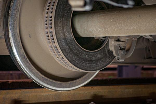 Planche 5. Les fosses de visites permettent des angles de vue originaux. On peut ainsi apprécier un disque de frein. Juillet 2010.