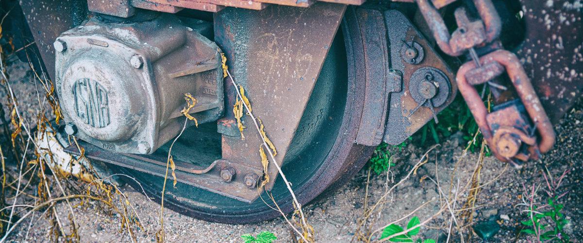 """Planche 21 : Détail d'un """"cul jaune"""", un wagon réformé de la SNCF. Septembre 2010. [Analog Efex]"""