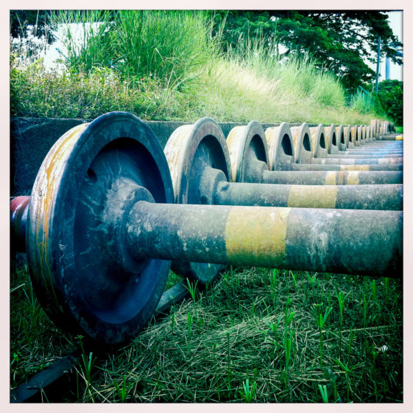 Planche 22 : Stockage d'essieux à voie métrique à Butterworth, Malaisie. Mai 2011. [Hipstamatic]