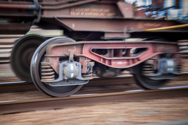 """Planche 13 : Photo """"organique"""" d'un bogie de wagon trémie (1/20s f7.1 100ISO) . Octobre 2012."""