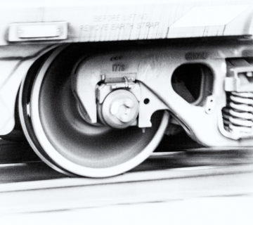 Planche 14 : High key d'un bogie d'un wagon de charbon (1/25s f6.3 6400ISO). Septembre 2018. [Silver Efex]