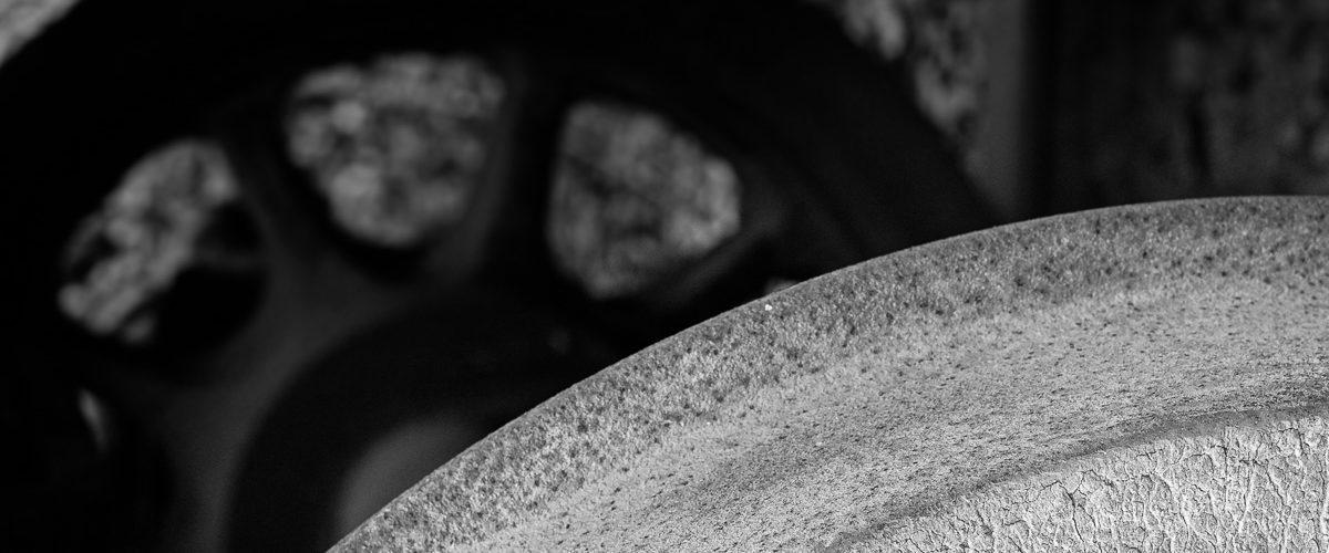 Planche 15 : Gros plan sur la table de roulement d'un wagon abandonné. Octobre 2007. [Silver Efex]