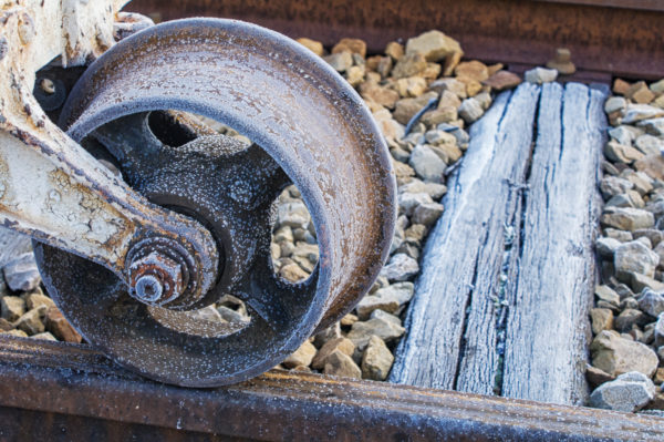 Planche 16 : Le givre se fait artiste sur cette roue d'un lorry. Décembre 2007. [Color Efex]