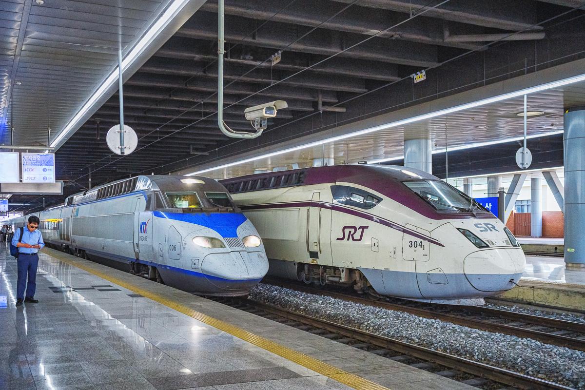 Mise à quai du train 126 à destination de Busan. La rame est du type KTX-I (1ère génération) à comparer au KTX-II en arrière-plan).