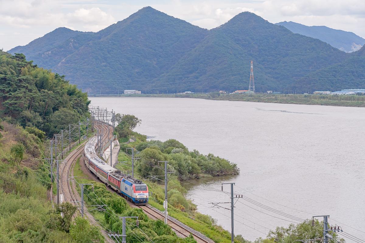 Une machine au look très européen est photographiée en tête d'un train de voyageurs coréen.