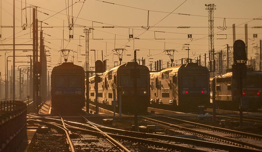 Il est un peu plus de 15:30 et la cavalerie se prépare pour la pointe du soir de la ligne D du RER. Joncherolles. 12/2007