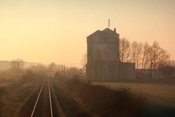 Image d'histoire : la ligne à voie unique Lunéville - St-Dié avant les travaux d'électrification. Azerailles. 03/2004
