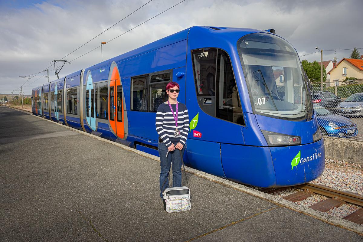 Angélique pose fièrement devant sa rame en gare de Crécy-la-Chapelle.