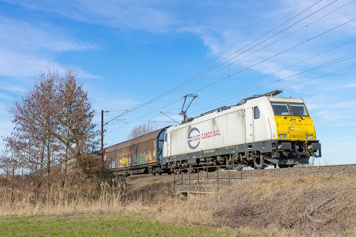 La 186-317 assure la traction d'un train de fret diffus reliant Blainville à Mannheim.
