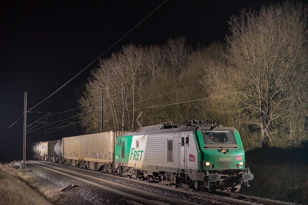La BB27025 est photographiée en tête d'un train intermodal Bettembourg - Le Boulou.