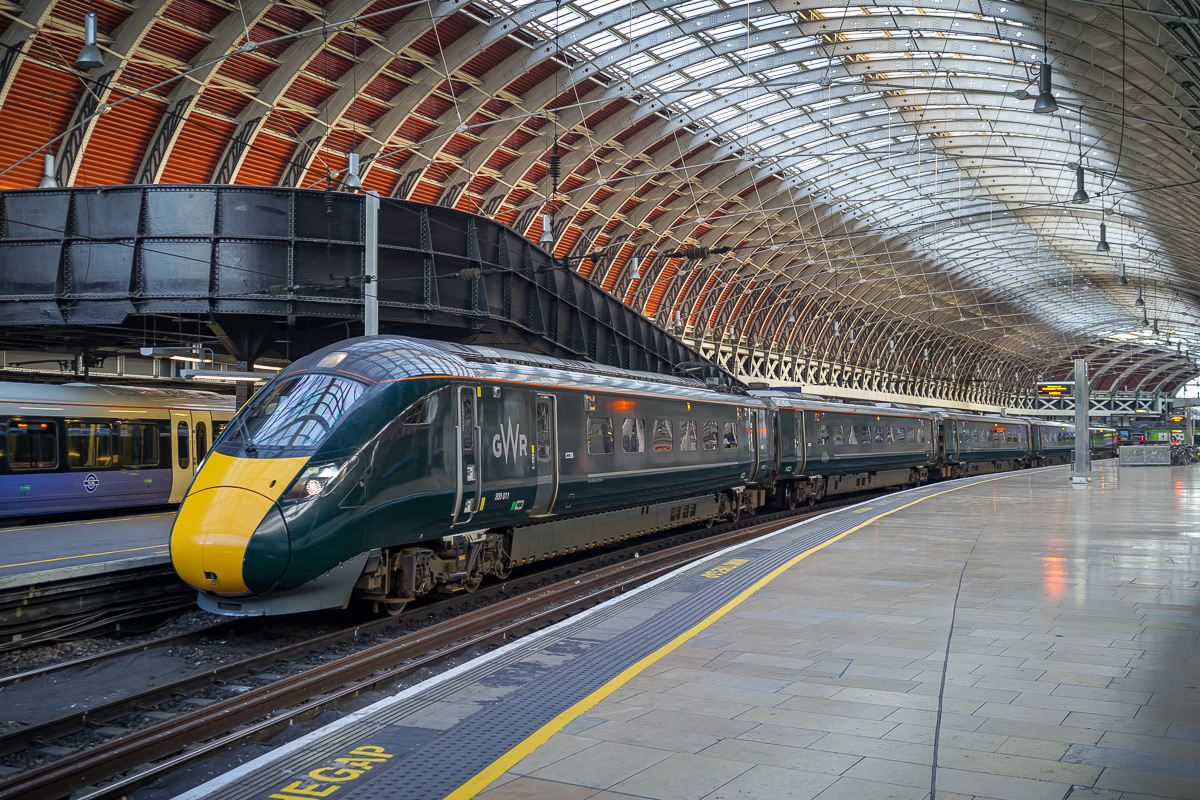 Cette rame toute neuve resplendit sous la superbe marquise de la gare de Paddington.