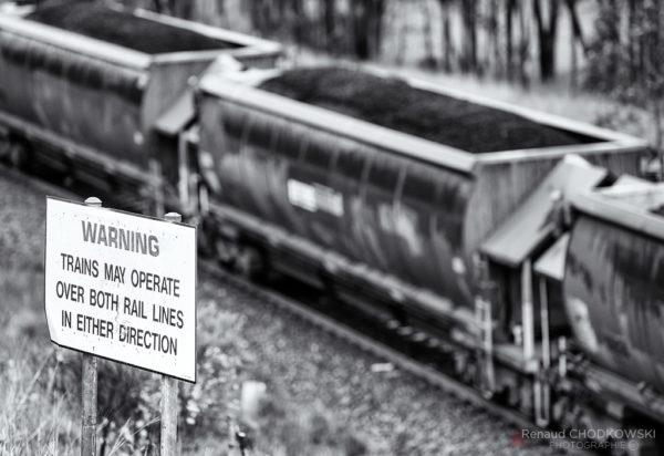 Les voies sont toutes banalisées (circulation dans les deux sens) et des panneaux avertissent les cheminots accédant aux emprises.