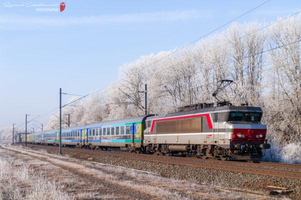 La BB15020 (Pau) porte une livrée expérimentale «nez de clown». Elle est en tête du train Téoz1501 Paris-Strasbourg. Janvier 2016.