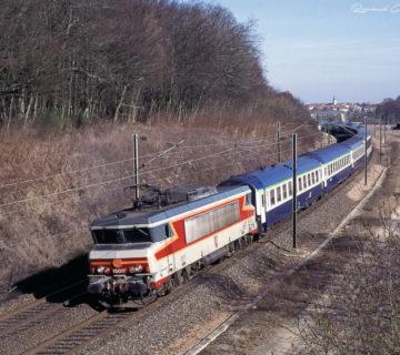 La BB15017 (Saint-Avold) assure la traction du train1604 Strasbourg — Paris. Février 2006.