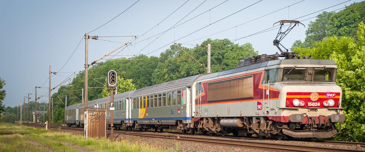La BB15024 (qui a perdu son blason «Lunéville») assure un TER à destination de Saint-Dié. Mai 2007.