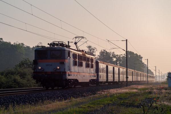 Ce train TER va s'arrêter en gare de Mont-sur-Meurthe. Vous remarquerez la longueur du train et la poussière dégagée par les plaquettes de frein. Mai 2007.