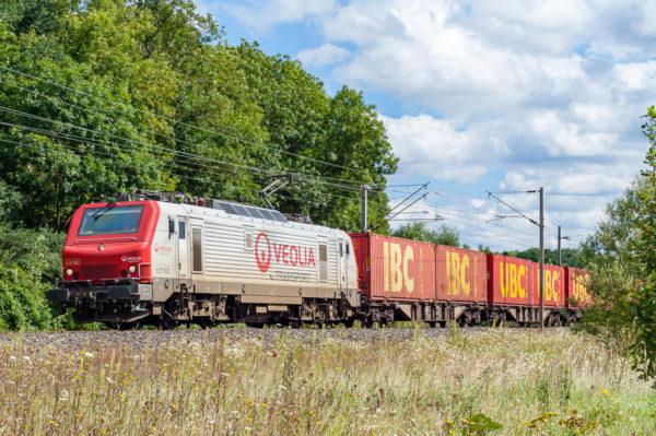 Jusqu'en 2011, Véolia Transport a assuré un service ferroviaire. La E37503 est photographiée en tête d'un train de conteneur en provenance d'Allemagne et à destination de Marseille. Août 2007.