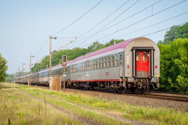 Le train 262 reliait l'Autriche et la Hongrie à la France en saut de nuit. Cette vue permet de découvrir les voitures ÖBB et MAV. Mai 2007.