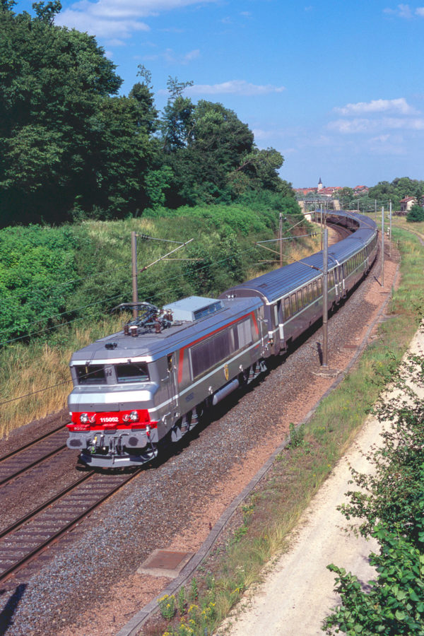 La BB15052 vient de recevoir sa livrée Multiservice. Elle assure un train en provenance de Strasbourg (appréciez la longueur de la rame). Juin 2001.
