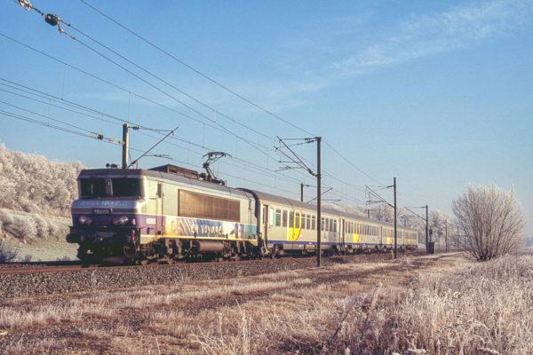 La BB15055 est photographiée sous un soleil hivernal en tête du TER835932 de Saint-Dié à Nancy. Cette locomotive portera le blason de la ville de Metz quelques mois plus tard. Janvier 2006.