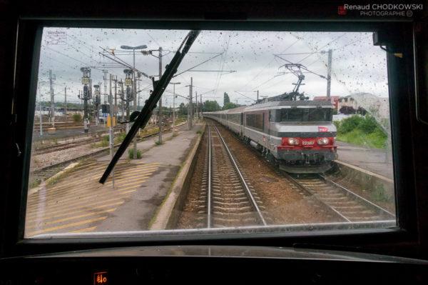 Aulnoyes-Aymeries, deux minutes d'arrêt ! La BB22387 est en route pour Maubeuge et va atteindre son terminus dans une dieaine de minutes.