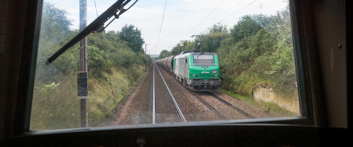De retour vers Paris, je photographie la BB27044 en route vers Armentières avec une belle rame de céréales.