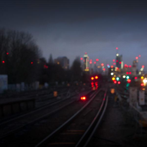 Un myriade de points colorés illuminent la nuit londonienne.