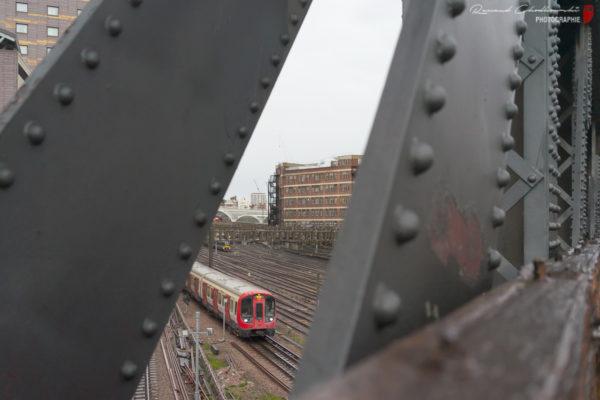 Un rame de métro de la Hammersmith & City Line est vue longeant les voies de la gare de Londres Paddington.