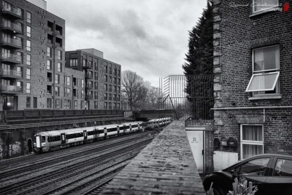 Troisième rail, météo hasardeuse et mélange des genres architecturaux ... tout Londres réuni en un cliché !