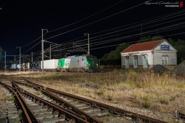 Plus aucun train ne s'arrête en gare de Rambucourt depuis longtemps. Ce qui reste du bâtiment voyageur sert de décors pour ce train de conteneurs.