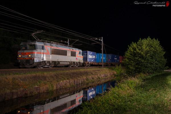 Les BB22200 se font rares ! Voici la 22375 en tête d'un train de conteneurs Naviland en provenance de Strasbourg.