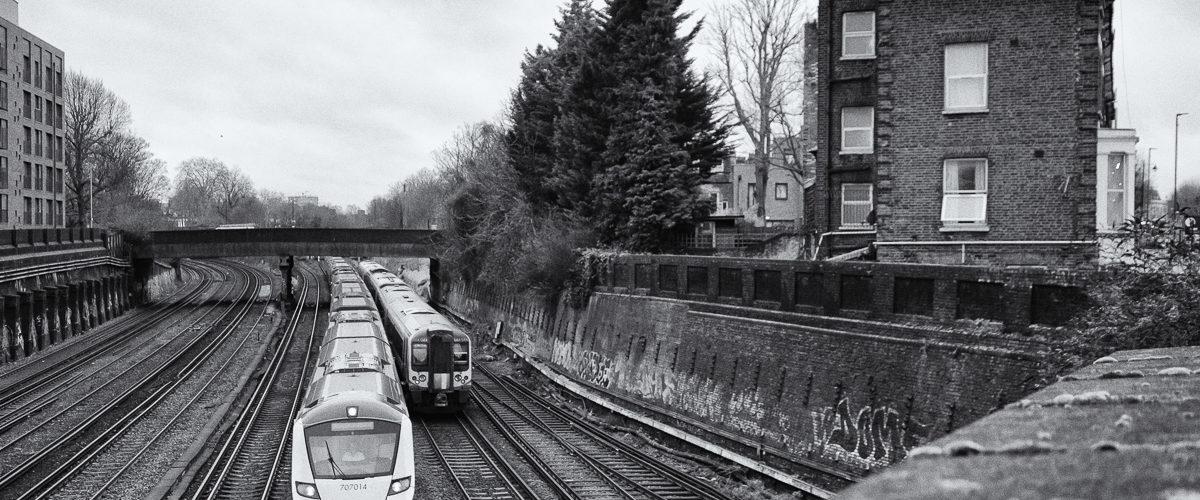 """Un train """"Gatwick Express"""" est assuré avec une rame class 70000."""