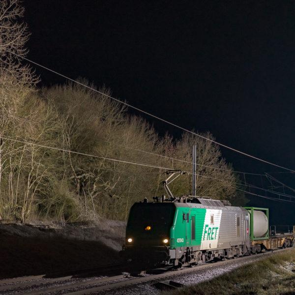 La BB27043 est photgraphiée en tête de l'autoroute ferroviaire Britannia à destination de Calais.