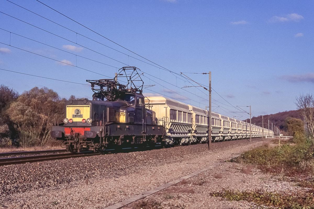 La BB12046 assure un de ses derniers trains de cailloux de sa longue carrière dans le Nord-Est de la France
