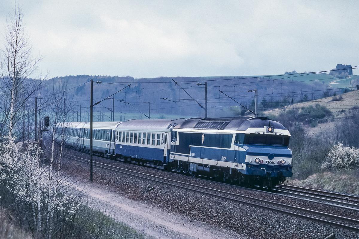 Ambiance dans la Côte de Loxéville : la CC72060 est en pleine ascension avec un train Paris - Bâle détourné