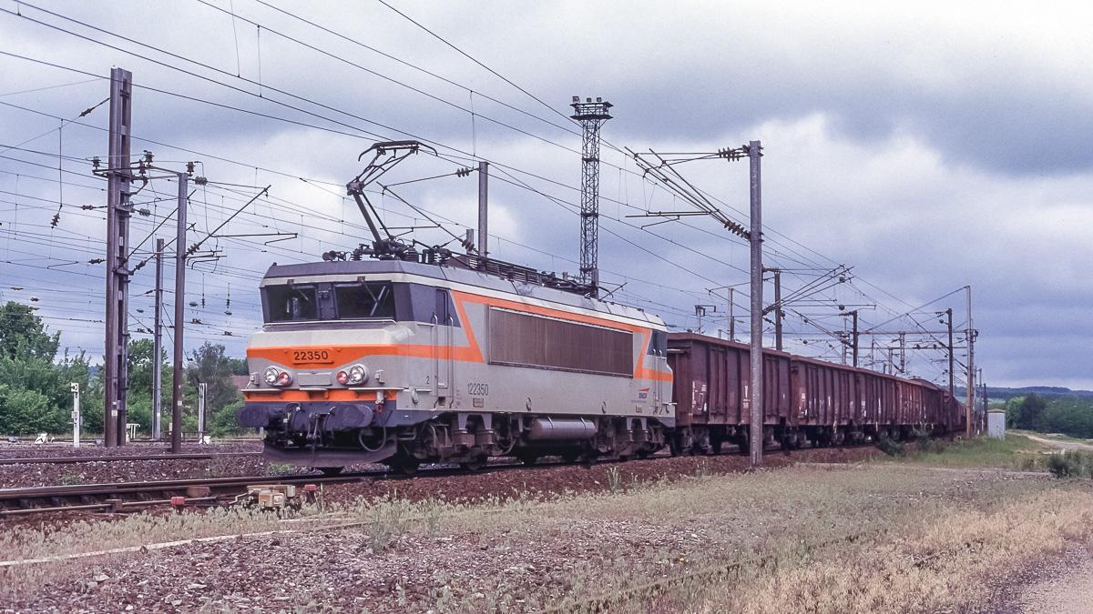 La BB22350 est photographiée en tête d'un train de fret diffus à destination du triage de Woippy