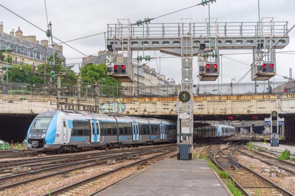 Les rames Z50000 qui desservent la gare sont plus courtes que celles visibles au Nord ou à l'Est de la capitale.