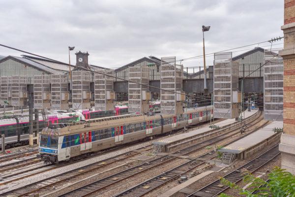 Une Z6400 quitte la gare en direction de la banlieue Ouest de Paris.