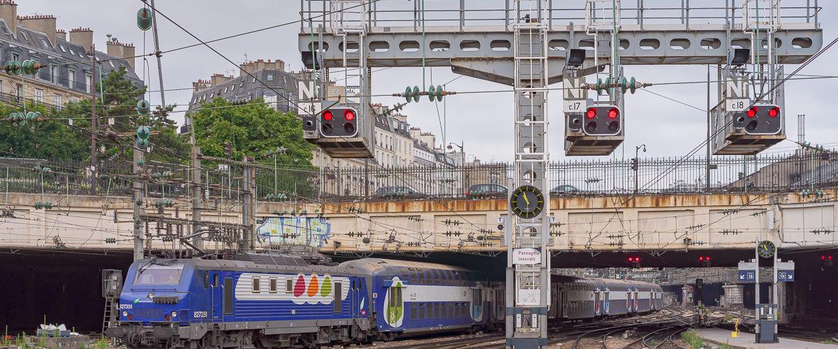 Arrivée en gare d'une rame à deux niveaux emmenée par une BB27300.