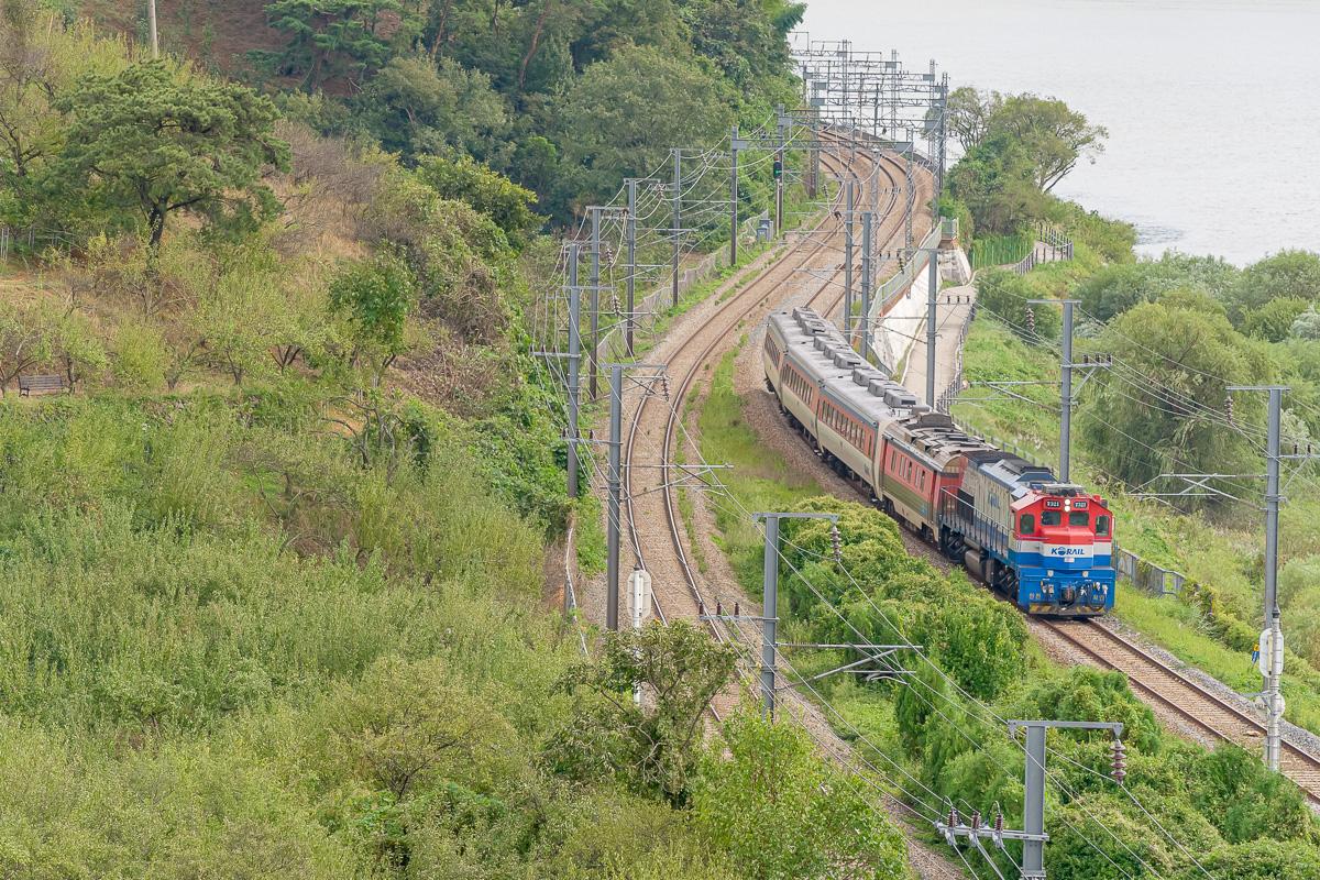 """Un train omnibus """"Mugunghwa"""" est surpris au crochet d'un machine thermique du type GT26CW-2."""