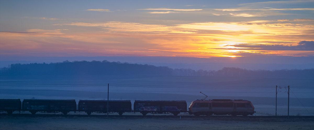 Le calme de la campagne lorraine est troublé par le passage de train à destination du sud de l'Europe. Barisey-la-Côte. 02/2008