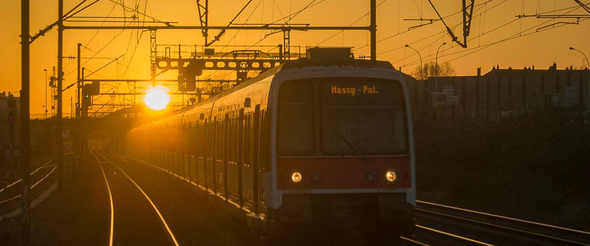 La pointe du matin bat son plein sur la ligne B du RER. Le Bourget. 04/2018.