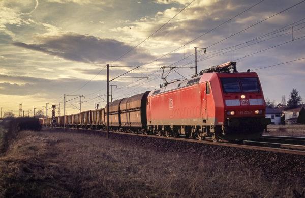 Les dernières lueurs du jour se reflètent sur les flancs de ce train à destination de Manheim. Courcelles-sur-Nied. Circa 1995.